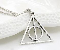 Colar Harry Potter, Harry Potter Keychain, Harry Potter Necklace, Triangle Necklace, Long Chain Necklace, Necklace Price, Harry Potter Accesorios, Deathly Hallows Necklace, Pendant Jewelry