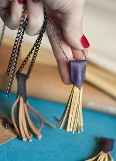 Tassels are a low-effort, high-impact craft that's sure to make anyone smile. Raid your yarn or floss and make one of these unique DIY tassel crafts! # Easy DIY necklace 20 DIY Tassel Crafts You'll Want to Make - DIY Candy Diy Jewelry Unique, Diy Jewelry Making, Jewelry Crafts, Boho Jewelry, Beaded Jewelry, Handmade Jewelry, Jewelry Ideas, Personalised Jewellery, Fashion Jewelry