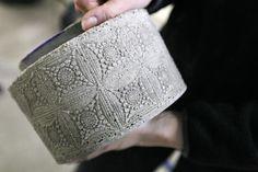 Betoniruukun ulkopinta sai kuvion muovisesta koristeliinasta, joka aseteltiin muotin sisään.
