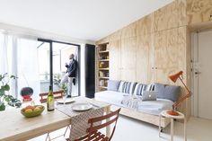 IDEE SALVA-SPAZIO PER UNA CASA EXTRA-SMALL: SOLUZIONI LOW-COST Arredi low-cost (tra cui numerosi pezzi di IKEA) hanno permesso di rispettare il budget misurato della ristrutturazione, senza rinunciare alla vivacità di una casa giovane. ARREDI TRASFORMISTI Ora di pranzo: il letto su ruote esce dalla parete e si trasforma in un pratico divano-letto. Il tavolo IKEA si estende per ospitare più persone e le sedute Bostro di Fermob passano dal terrazzino alla zona giorno.