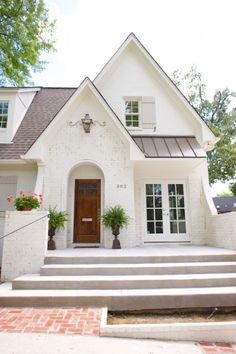 Best White Brick Wall Ideas on Internet [Best Decor] Elegant. I love white brick house. Want to build one. Bungalow, White Cottage, Cottage Style, Tudor Style House, Tudor Cottage, Exterior Colors, Exterior Design, Exterior Paint, Home Styles Exterior