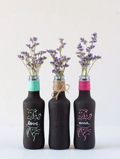 Decorate with glass bottles and flowers - Interior and exterior decoration Colored Glass Bottles, Painted Wine Bottles, Bottles And Jars, Bottle Painting, Bottle Art, House Decoration Items, Diy Wall Decor For Bedroom, Motif Floral, Wine Bottle Crafts