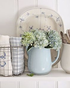 blue and white : fresh shabby chic look - hydrangeas are always great to add in a farmhouse decor - up cycled vintage pot Cottage Chic, Cottage Living, Cottage Style, Country Living, Country Blue, French Country Cottage, French Country Decorating, Country Style, Decoration Shabby