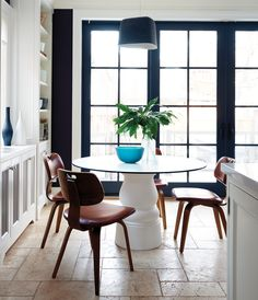 The inky mullions and frames of this kitchen's french doors have a hip, almost industrial look, calling to mind the steel casement windows found in factories and lofts. White Kichen, Best Paint Colors, Casement Windows, White Doors, Black Walls, Cuisines Design, Painted Doors, Painted Walls, Beautiful Interiors