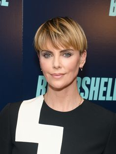 Charlize Theron Bowl Cut - Charlize Theron sported a stylish bowl cut at the New York screening of 'Bombshell. Charlize Theron Short Hair, Charlize Theron Photos, Short Wedge Hairstyles, Pixie Hairstyles, Bowl Haircut Women, Short Hair Cuts, Short Hair Styles, Bowl Haircuts, Bowl Cut