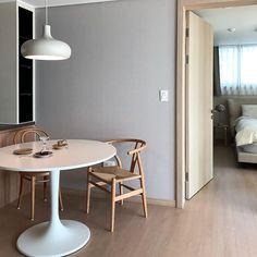 【아파트 인테리어】 매일 사진으로 담고 싶은 우리의 첫 번째 신혼집 : 네이버 포스트 Condo, Dining Table, House Design, Interior, Furniture, Home Decor, Decoration Home, Indoor, Room Decor