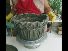 Incredible Fabric and Cement Vase, Very Easy to Incrível Vaso de Tecido e Cimento, Muito Fácil de Fazer! Incredible Fabric and Cement Vase, Very Easy to Make! Diy Concrete Planters, Cement Art, Concrete Crafts, Concrete Projects, Concrete Garden, Diy Garden, Garden Projects, Cement Flower Pots, Flower Making