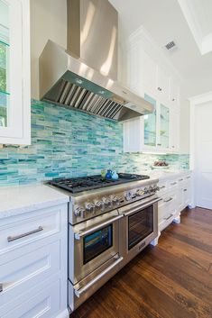 Turquoise backslash tile via House of Turquoise: Builder Boy definitely the color of my house interior. House Of Turquoise, Turquoise Tile, Beach House Kitchens, Home Kitchens, Küchen Design, House Design, Classic Kitchen, Dream Beach Houses, Beach House Decor