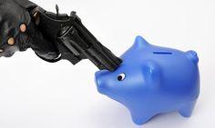 Der Mann forderte Geld und drohte mit einer Waffe. Dann setzte er sich hin und wartete auf die Polizei.