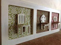 Quadro em estilo rústico com miniaturas de cadeiras e fundo de tecido para decoração de ambientes.