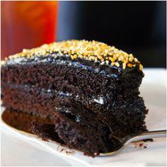 Bolo de chocolate meio amargo e caramelo salgado
