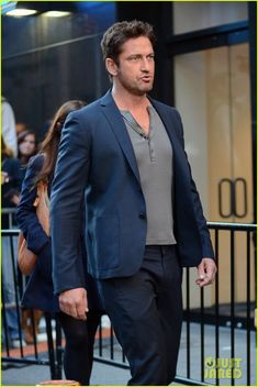 : Photo Gerard Butler arrives at ABC Studios in Times Square for an appearance on Good Morning America on Monday (October in New York City. Butler Outfit, Gb Bilder, Celebrity Red Carpet, Celebrity Style, Good Morning America, Raining Men, Hollywood Actor, Perfect Man, Pretty Boys