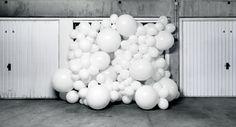 大量の真っ白い風船が建物の中を満たして溢れ出るアート作品「INVASIONS」の紹介