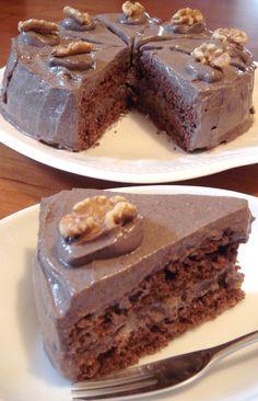 ノンエッグ乳製品ゼロ☆チョコレートケーキ        濃厚チョコクリームにオートミール入りのしっとり蒸しスポンジ。マクロビや制限食の方も美味しいケーキを。ノンオイル。  材料 ((18cm丸型 1台分)) オートミール 100g 無調整豆乳 240cc 甜菜糖(砂糖) 60g 自然塩 小さじ1/3 くるみ 30g レーズン 30g ラム酒など洋酒 大さじ2 ★薄力粉 90g ★ノンアルミ・ベーキングパウダー 8g(小さじ2) ★無糖ココア 15g ■ デコレーション 乳製品なしチョコレートクリーム(ID :793877) 2単位分 くるみ 適宜        《my覚書:こちらのレシピをベースに薄力粉をアーモンドプードルかクルミパウダーで作ってみても美味そ(//∀//) あと、チョコが無い時の代用に純ココアパウダーと蜂蜜と、ちょい無脂肪のコンデンスミルクを足して(クリーミーになりやすかった)練って使っても良い感じかも♪ 甜菜糖の代用でデーツを刻んで自然な甘みを使ってみても良さげ(//∀//)》