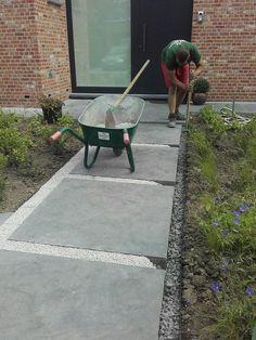 Gepolierde beton + Franse dolomie > afgewerkt met een metalen randbegrenzing