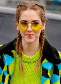 Os óculos com lentes transparentes coloridas estão muito em alta. Como a maioria das tendências, ele divide opiniões, mas uma coisa é FATO: chama a atenção e complementa o pontinho de cor no visual!