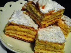 rozczochrane okruszki: Napoleonka.  Składniki: 3 szklanki mąki pszennej tortowej 200 g masła 3/4 szklanki śmietany 18 % 2 żółtka 1 cukier waniliowy 16 g masa: 500 ml mleka 100 g masła 2 łyżki mąki pszennej 2 łyżki mąki ziemniaczanej 2 jajka pół szklanki cukru zwykłego 2 opakowania cukru waniliowego po 16 g każdy