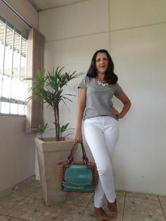 Inspiração calça branca + t shirt cinza + sapatilha nude com um ponto de cor na bolsa verde