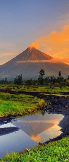 Mayon Volcano, Luzon, Philippines Inspiration for the Vinkinnos Mountains. Voyage Philippines, Philippines Travel, Philippines Destinations, Visit Philippines, Places To Travel, Places To See, Travel Destinations, Palawan, Beautiful World