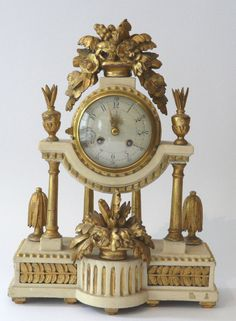 Säulenuhr 19. century. Wood, white and gold grasped (Frame übergangen), with elaborate flower basket Schnitzereien crowned. Round Messingwerk, whack on bell. Partial damaged dial with Arabic numerals and two Aufzügen. Height: approximate 39 x 29 x 13 cm.