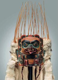 «Danse de la Paix» ou des plumes, au cours de laquelle un danseur équipé d'une coiffe tsimshian ou haisla (entre 1840 et 1860) se sert d'un mouvement rythmique de sa tête afin de libérer de petites touffes de plume d'aigle . Tamisé par les moustaches de lion de mer fichés sur le pourtour du couvre-chef, le duvet tombe doucement au sol, dans un geste magnanime, symbole d'intention de paix. http://detoursdesmondes.typepad.com/files/par3594_christies.pdf