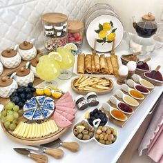 Planning A Perfect Breakfast - Useful Articles Breakfast Platter, Breakfast Buffet, Breakfast Presentation, Food Presentation, Brunch Table, Brunch Party, Turkish Breakfast, Food Decoration, Food Platters