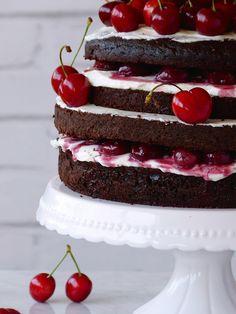Naked cake de chocolate y calabacín con cerezas | Claudia&Julia