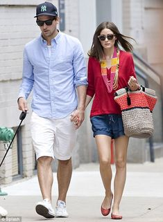 Olivia Palermo is city chic during stroll with Johannes Huebl and makes the pavement her catwalk . Olivia´s not known to dres. Olivia Palermo Outfit, Estilo Olivia Palermo, Olivia Palermo Lookbook, Olivia Palermo Style, Johannes Huebl, Stylish Couple, Couple Outfits, Couple Clothes, Fashion Couple