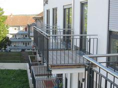Jedes Apartment besitzt einen Balkon.