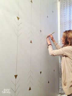 Metallic Gold Arrow Accent Wall Tutorial metallic arrow wall design tutorial DIY Show Off Diy Wand, Sharpie Wall, Accent Wallpaper, Bathroom Wallpaper, Wallpaper Ideas, Geometric Arrow Wallpaper, Office Wallpaper, Painted Wallpaper, Trendy Wallpaper
