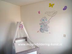 muurschildering me to you beertje vlinders