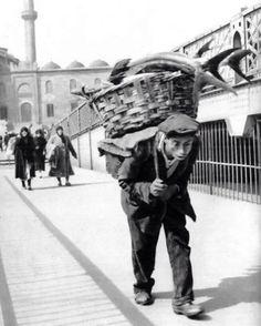Galata Köprüsü'nde orkinos taşıyan bir hamal