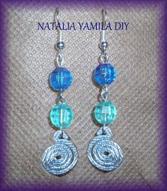 Aros pendientes artesanales de cuentas y alambre forjado . Ver tutorial . handmade beads and wire earrings https://www.facebook.com/photo.php?fbid=304600919709331set=a.172657616236996.1073741830.172060006296757type=1theater