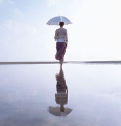 omdat je haar nog een keer ziet in de reflectie van het water is er eigenlijk een soort structuur in deze afbeelding
