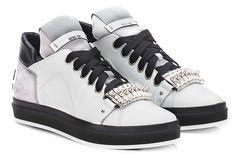 Sneaker in pelle e camoscio con borchie frontali e suola in gomma. Tacco 25. COLOR: WHITE\GREY DEPARTMENT: Women DESIGNER: SHY