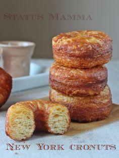 Sono donuts? sono croissant? Un noto pasticcere ha unito le due ricette e nascono cosi' i NEW YORK CRONUTS - CIAMBELLE SFOGLIATE, da farcire o da mangiare solo cosi, che buone!!. http://blog.giallozafferano.it/statusmamma/new-york-cronuts-ciambelle-sfogliate/
