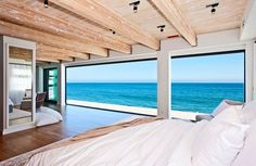 Modern beach house design consists of a light source, circulation, spacious room, and the right furniture to create the best summer holiday refuge. Future House, Beach Cottage Style, Beach House Decor, Style At Home, Malibu Beach House, Dream Beach Houses, Beach Cottages, Tiny Cottages, Home Fashion