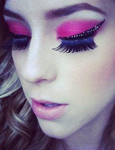 O make de Sophia Abrahão é superousado: sombra pink     aplicada em toda pálpebra móvel, cílios postiços volumosos     e adesivo com brilho no formato do delineador gatinho.     Superglam!