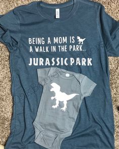 Jurassic Park Mom Shirt / Matching Dinosaur Romper / J .-Jurassic Park Mom Shirt / passende Dinosaurier-Strampler / Jurassic Park / Juras… Jurassic Park Mom Shirt / Matching Dinosaur Romper / Jurassic Park / Jurassic Park Funny / Mom Life – how to – - Baby Bikini, Jurassic Park Funny, Baby Onesie, Onesies, Look Girl, Baby Time, Mom Humor, Future Baby, Baby Boy Outfits