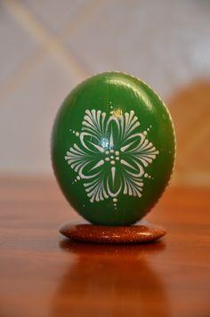 kraslice+zelená+Kraslice+ze+slepičího+vejce.+Barvená+modelářskou+barvou+a+zdobená+bílým+voskem.