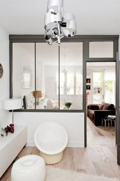 Ambiance blanc, fenêtres, murs.... Idée : repeindre plinthes, porte d entrée en blanc et murs en blanc pour plus de clarté Peu être trouver une nuance de blanc chaleureuse pour pièce expo nord