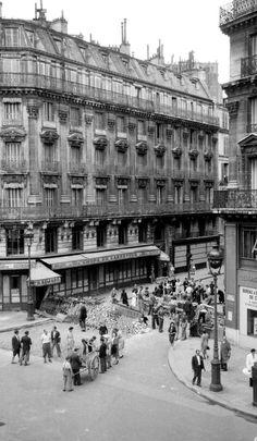 Libération de Paris en 1944 - Construction de barricades - ( cliché originaux d'époque appartenant à Gérald Bloncourt ) ©Gérald Bloncourt