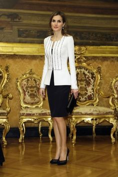 Queens & Princesses - King Felipe and Letizia Queen made an official visit to Italy where they met with representatives of various institutions. White Skirt Suit, Black And White Skirt, Black White, Royal Dresses, Nice Dresses, Suits For Women, Clothes For Women, Estilo Real, Fancy Tops