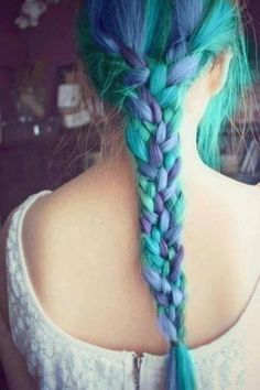 gorgeous aquamarine braid thing, i wish my hair would do this!