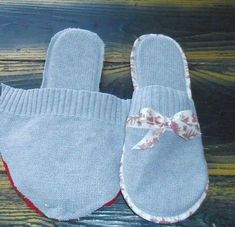 Tut slippers and hot water bottle bag my little cheap gift for Mother's Day . Sewing Slippers, Felted Slippers, Crochet Slippers, Sewing Hacks, Sewing Tutorials, Sewing Patterns, Artisanats Denim, Denim Crafts, How To Make Shoes