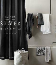 Schwarz. Duschvorhang aus wasserabweisendem Polyester mit Textdruck. Metallösen zum Aufhängen. Die Vorhangringe sind separat erhältlich.