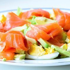 Keine Kohlenhydrate, aber jede Menge Geschmack: Dieser Räucherlachs Avocado Salat ist No Carb at it's best! Low Carb Avocado, Salmon Y Aguacate, Smoked Salmon Recipes, Avocado Dessert, Salad Recipes, Healthy Recipes, Avocado Recipes, Menu Dieta, Clean Eating