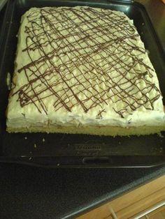TĚSTO: Žloutky utřeme s polovinou moučkového cukru, přidáme olej, vodu a mouku prosátou s práškem do pečiva. Lehce vmícháme sníh z bílků. Pečeme na... Oreo Cupcakes, Kefir, Butcher Block Cutting Board, Tiramisu, Baking Recipes, Sweet Tooth, Cheesecake, Food And Drink, Sweets