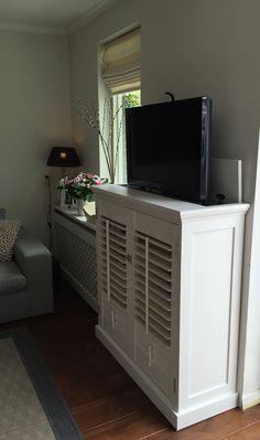 Landelijke shutterkast met tv lift op maat. Kast geheel op maat met echte shutters!! Hoge kwaliteit. Www.melkainterieurbouw.nl