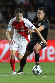 Monaco's Portuguese midfielder Bernardo Silva (L) vies with Leverkusen's Mexican forward Javier Hernández Balcázar during the UEFA Champions League football match AS Monaco vs Bayer Leverkusen, on September 27, 2016 in Monaco. / AFP / Valery HACHE